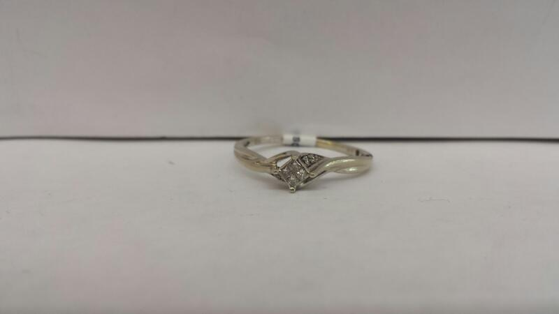 10k White Gold Ring with 8 Diamond Chips
