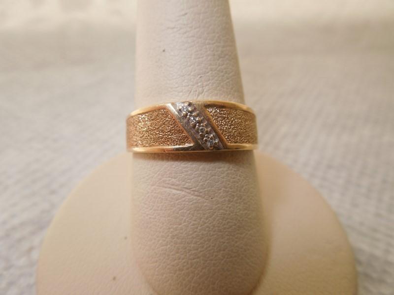 White Stone Lady's Stone Ring 10K Yellow Gold 3.3g