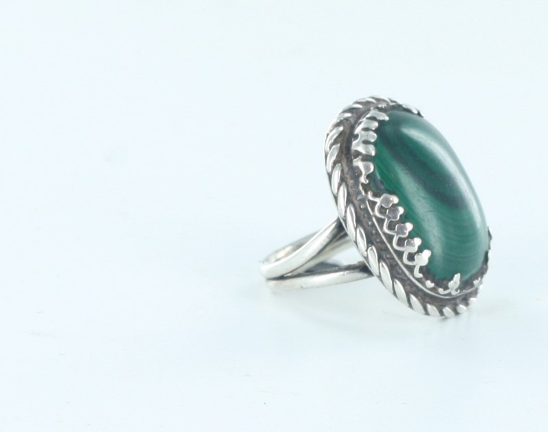 STERLING SILVER RING W/ LARGE OVAL MALACHITE IN CENTER-ROPE DESIGN SIZE: 4 1/2