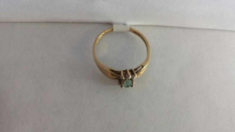 10k Yellow Gold Ring with 1 Aquamarine Stone and 6 Diamond Chips