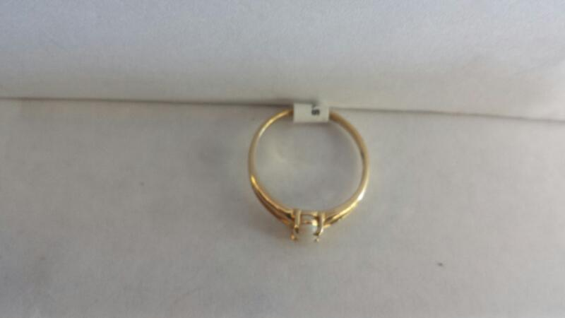 10k Yellow Gold Ring with 1 Oval Opal