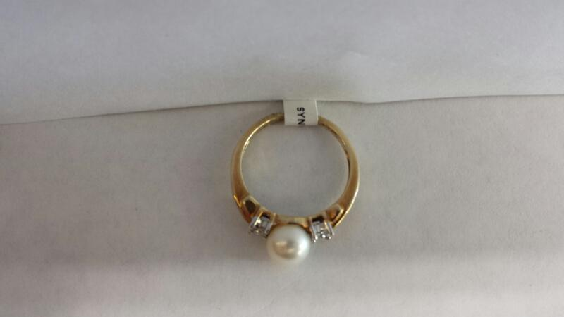 10k Yellow Gold Ring with 1 Pearl and 8 Diamond Chips