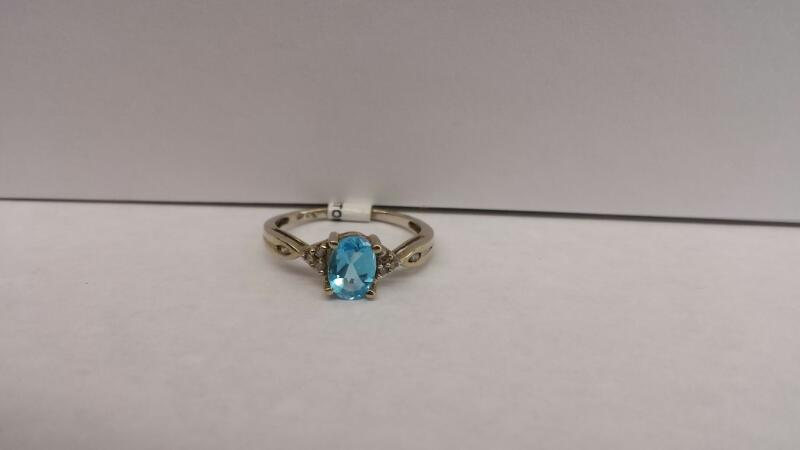 10k White Gold Ring with 1 Aquamarine Stone and 8 Diamond Chips
