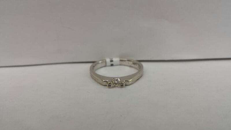 14k White Gold Ring with 1 Diamond and 2 Diamond Chips