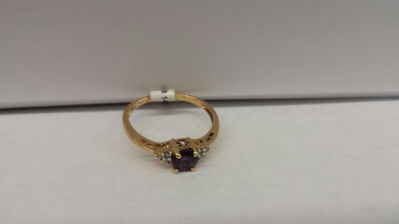 14k Yellow Gold Ring with 1 Purple Stone and 6 Diamond Chips