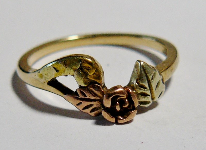 Lady's Blach Hills Gold Rose Ring 14K Tri-color Gold 1.5dwt Size:6