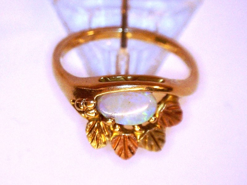 Opal Lady's Stone Ring 10K Yellow Gold 1.53dwt Size:4