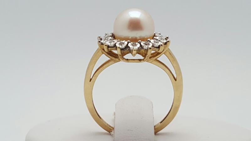 Lady's pearl & Diamond Ring 14 Diamonds .14 Carat T.W. 10K Yellow Gold