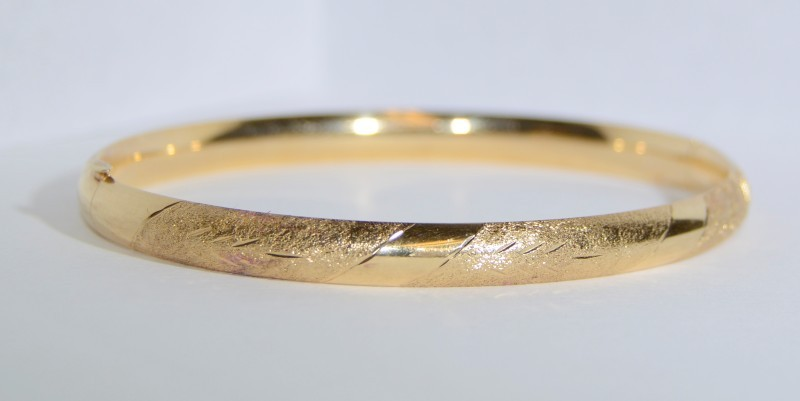 14K Yellow Gold Diamond Cut Etched Textured Striped Hinged Bangle Bracelet