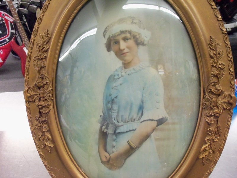 VINTAGE PICTURE IN BUBBLE FRAME