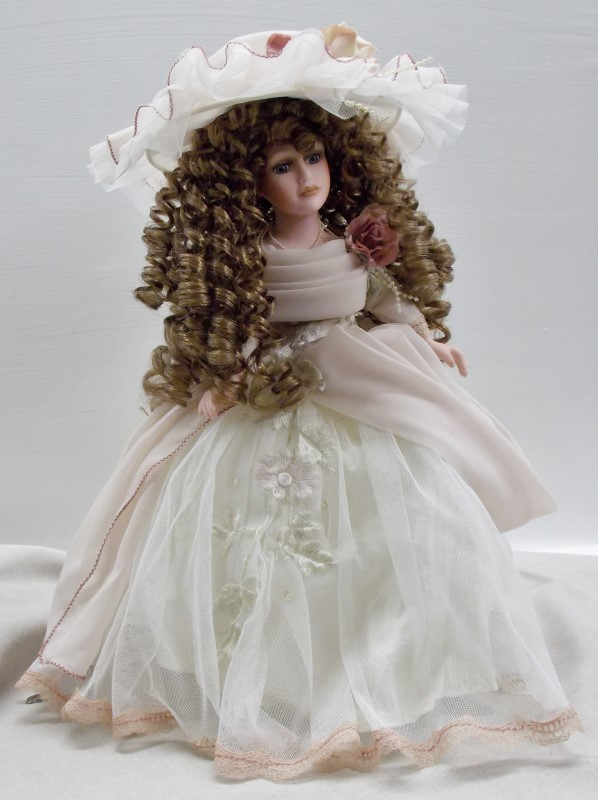 COLLECTABLE AMERICIAN, COLONIAL STYLE DOLL TABLE LAMP