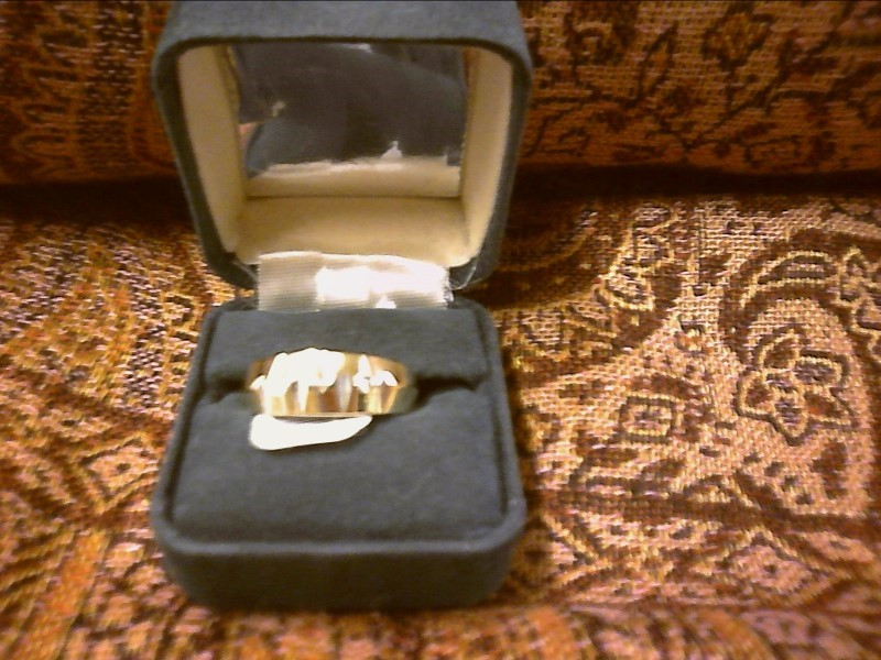 gOLD BAND WITH NOTCHES CUT OUT WITH 3 DIA CHIPS SIZE 10