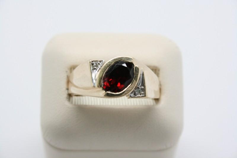 GENT'S 10K YELLOW GOLD GARNET RING WITH DIAMOND