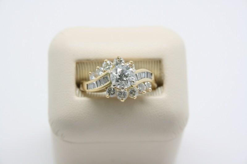 LADY'S FASHION STYLE DIAMOND RING 18K YELLOW GOLD
