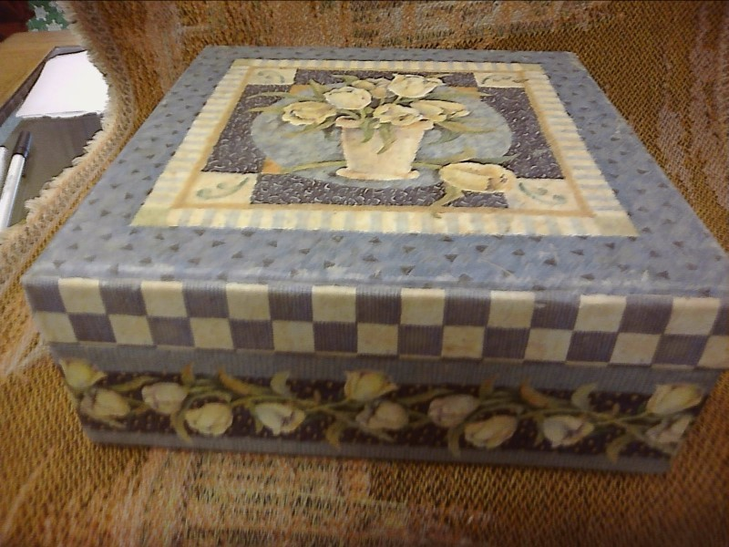 BOXES COLLECTIBLES MISC USED MERCH MISC USED MERCH; SQUARE JEWLRY BOX WITH ONE L
