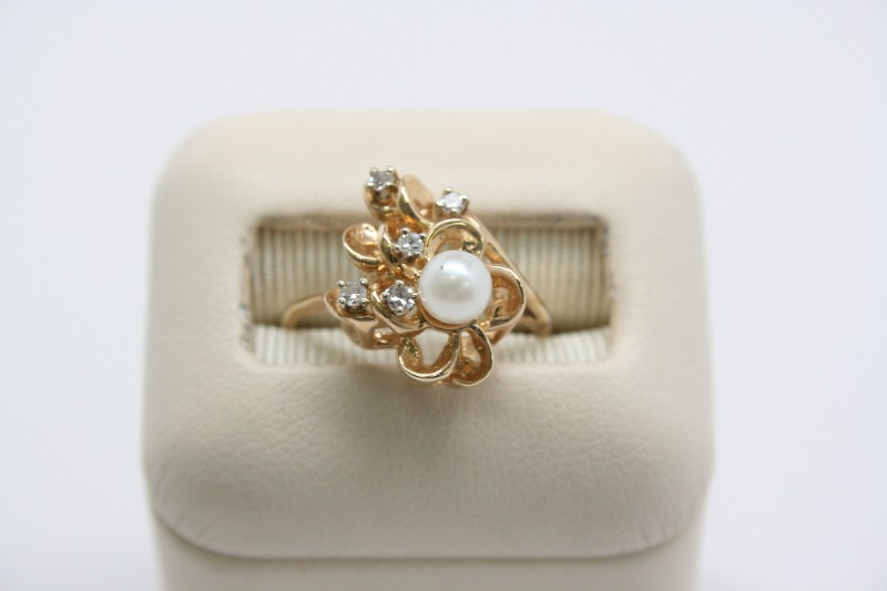 LADY'S PEARL & DIAMOND RING