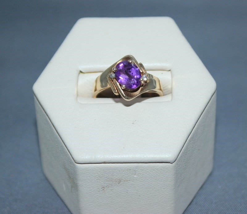 Purple Stone Lady's Stone Ring 10K Yellow Gold 3.5g