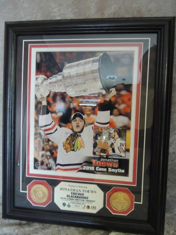 JONATHAN TOEWS FRAMED 2010 CONN SMYTHE STANLEY CUP TROPHY L.E. 24K COIN OFFICIAL
