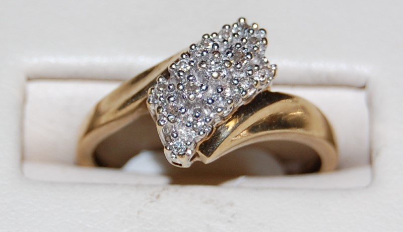 10K Yellow Gold Lady's Diamond Cluster Ring 2.2G 0.2CTW Size 7