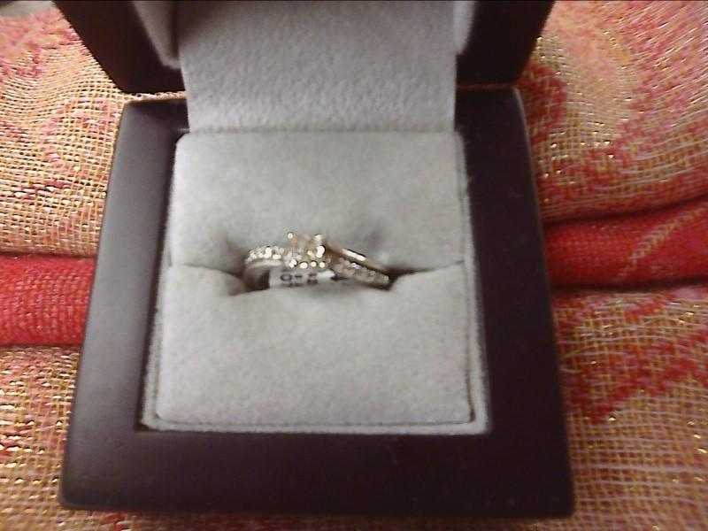 14K WHITE GOLD RING -.28 PRINCESS CUT DIAMOND - DIAMONDS ALONG SIDES SIZE: 5 1/2