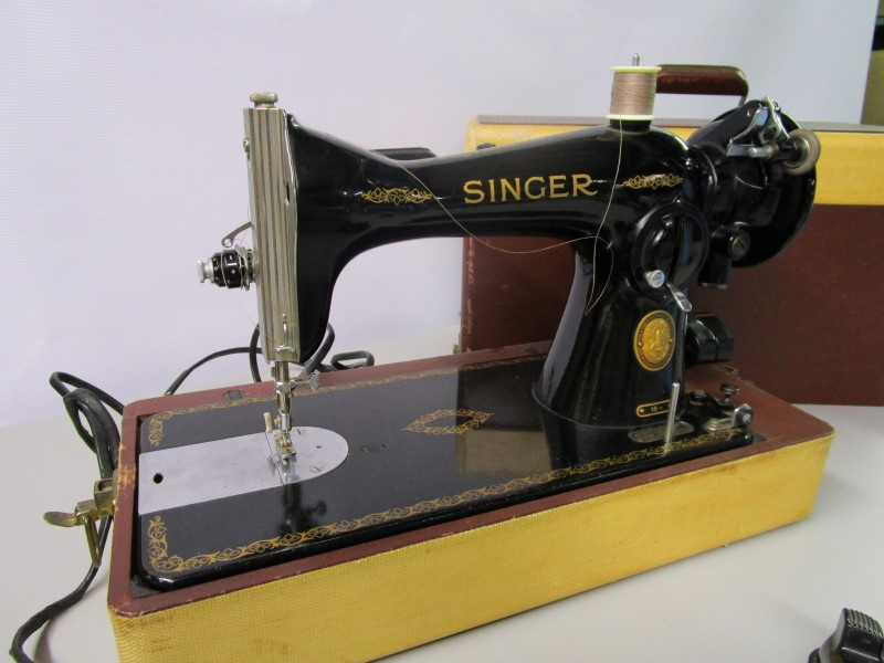 BEAUTIFUL VINTAGE SINGER SEWING MACHINE, MODEL 15, MACHINE IN EXCELLENT WORKING