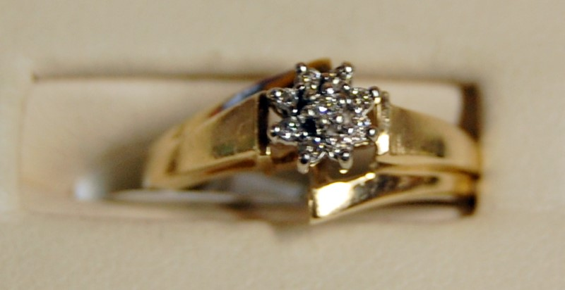 10K Yellow Gold Lady's Diamond Chip Flower Ring 2.4G 0.09CTW Size 7