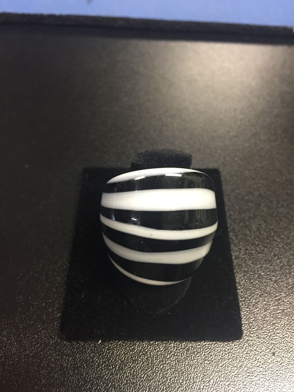 Lady's Ring black & white glass