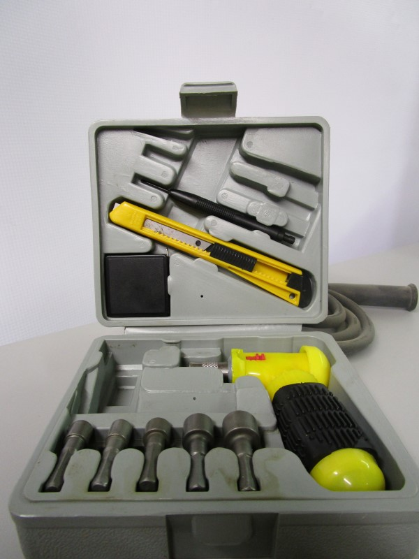 SMALL TOOL KIT / BOLT DRIVER SET, INCLUDES 3FT TAPE MEASURE, BLADE AND HANDLE, E