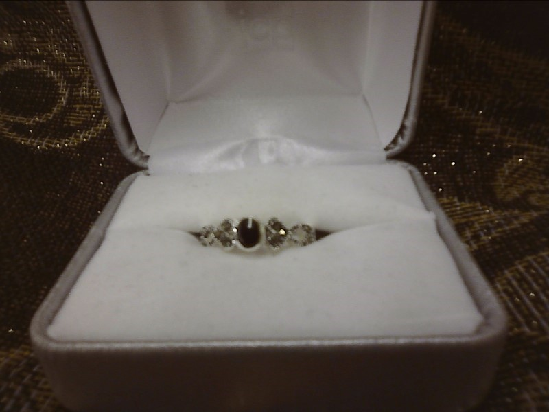 STERLING SILVER RING W/ OVAL CABOCHON ONYX IN CENTER W/ MARCASITES SIZE: 7