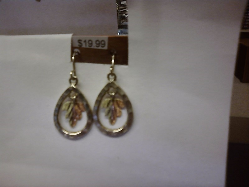 BHGS STYLE DANGLY EARRINGS WITH 1 LEAF HALF GREEN HALF RED