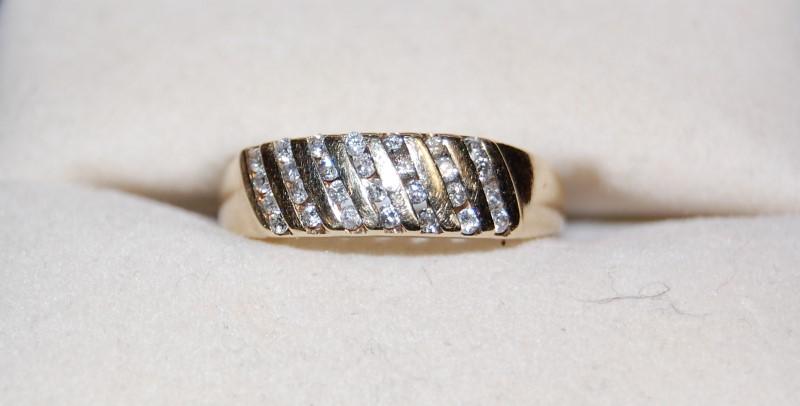 Lady's Diamond Solitaire Ring 28 Diamonds .28 Carat T.W. 10K Yellow Gold 2.3g
