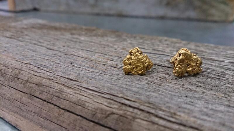 22K nugget post earrings YG 2.7g
