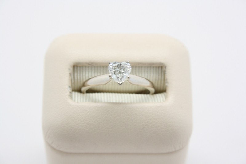 LADY'S HEART SHAPE ENGAGEMENT RING 14L WHITE GOLD