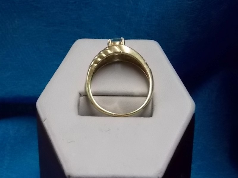14K YELLOW GOLD RING W/ .75 CENTER OVAL BLUE TOPAZ & DIAMOND CHIPS SIZE: 9 1/2