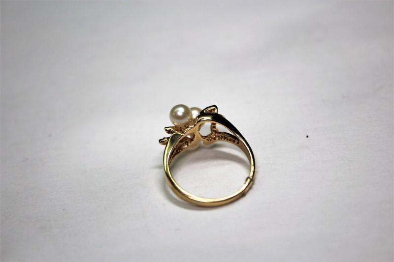 Pearl Lady's Stone & Diamond Ring 6 Diamonds .06 Carat T.W.