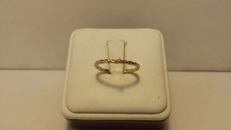 10k Yellow Gold Ring with 1 Diamond Chip - .8dwt - Size 6.5