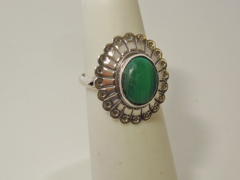 Green Stone Lady's Silver & Stone Ring 925 Silver 2.4g