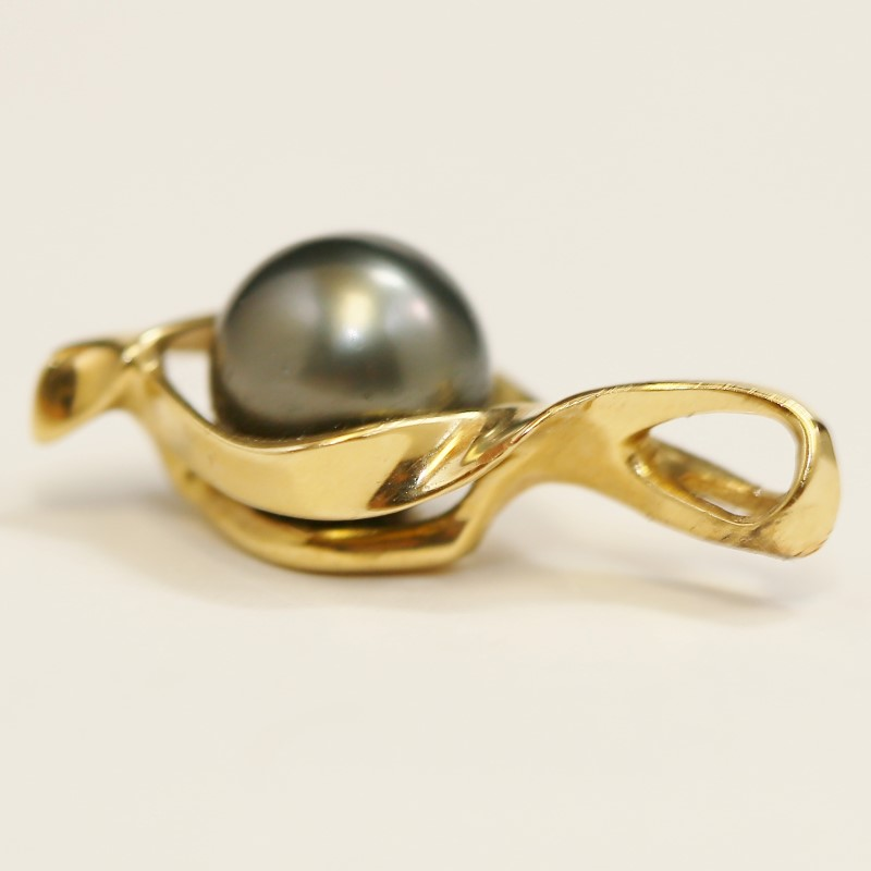 Hawaii Designed Black Pearl Surrounded by Twisted 14K Yellow Gold