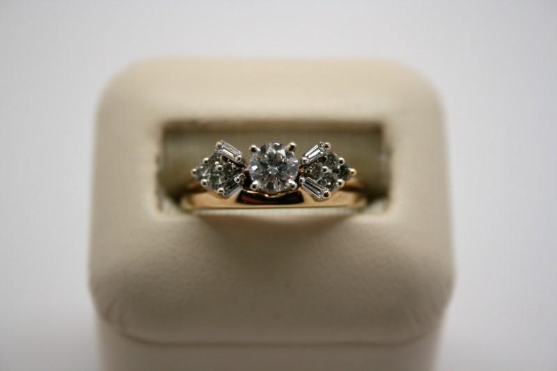 LADY'S DIAMOND WEDDING RING 14K YELLOW GOLD