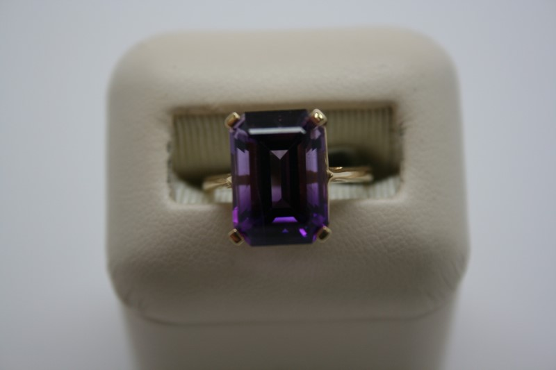 LADY'S SOLITAIRE STYLE AMETHYST RING 14K YELLOW GOLD