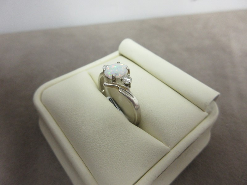 White Stone Lady's Silver & Stone Ring 925 Silver 3.14g