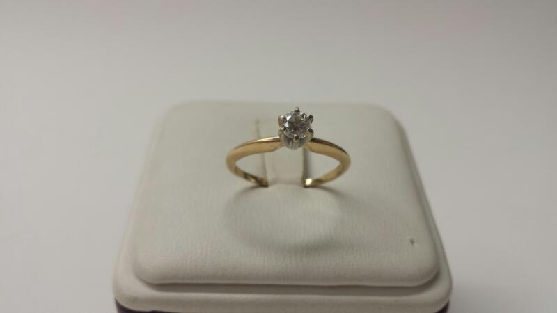 14k Yellow Gold Ring with 1 Daimond at .20ctw - 1dwt - Size 5