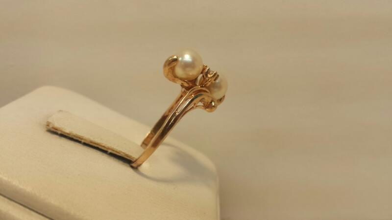 14k Yellow Gold Ring with 2 Pearls and 2 Diamond Chips - 1.8dwt - Size 7