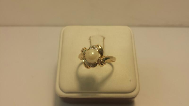 14k Yellow Gold Ring with 1 Stone and 4 Diamond Chips - 2dwt - Size 9