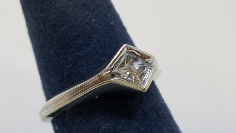 Lady's Diamond Solitaire Ring .42 CT. 14K White Gold 3.1g Size:5