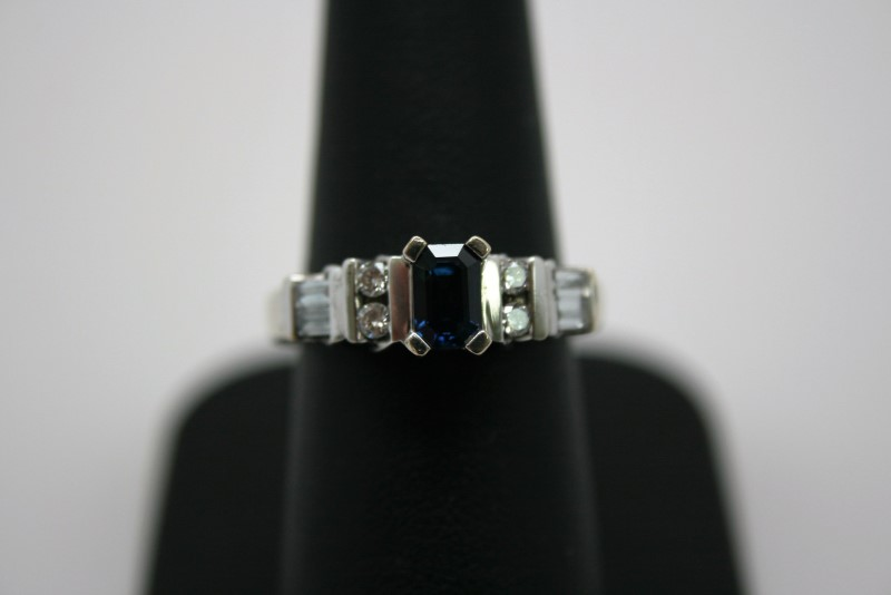 LADY'S DIAMOND & SAPPHIRE RING 18K WHITE GOLD