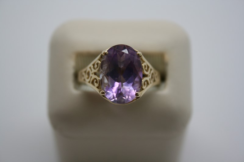 LADY'S OVAL SHAPE AMETHYST RING 14K YELLOW GOLD