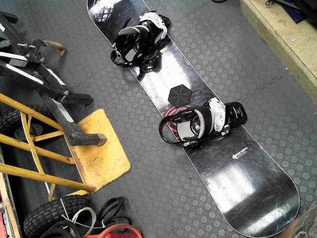 NEVER SUMMER SNOWBOARD W/BINDINGS