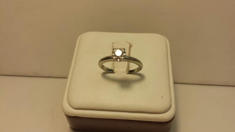 18k White Gold Ring with 1 Round Diamond at .17ctw - 1.7dwt - Size 5