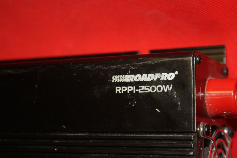 ROADPRO RPPI-2500W DC TO AC POWER INVERTER WITH 3 AC PLUGS